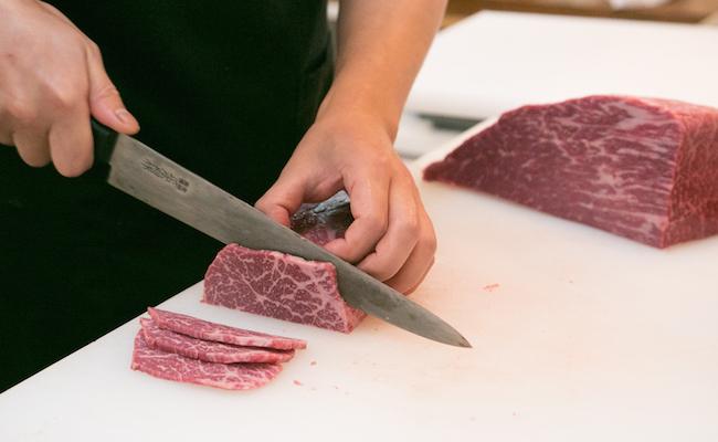 目の前でブロック肉からカットしてくれる「フルオーダーカット」