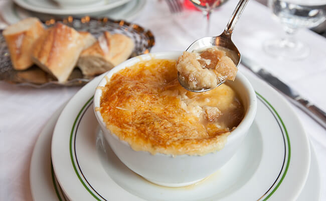 寒い季節の定番パリグルメ!ブラッスリーで楽しむオニオングラタンスープ