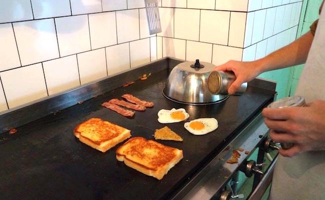 渋谷『BUY ME STAND(バイミースタンド)』のサンドイッチは鉄板で焼き上げます