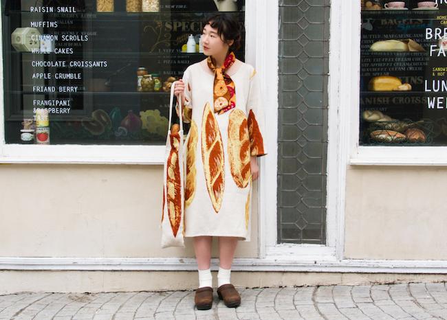 「gochisou」のテキスタイルのワンピースとバゲットバッグ