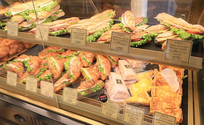 パン屋さんにお昼ごはんを買いに行く