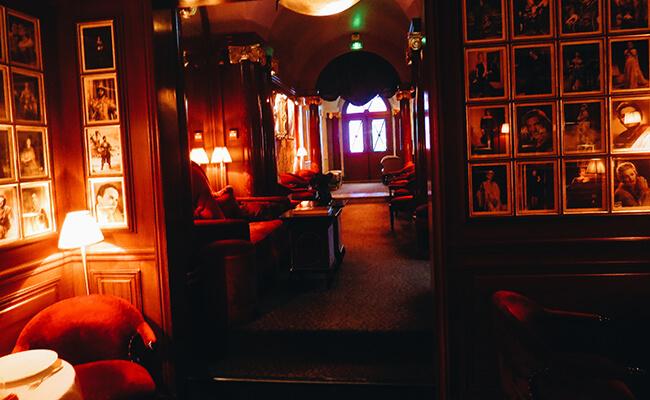 隠れ家のようなプチホテルで秘密のデートを楽しむ