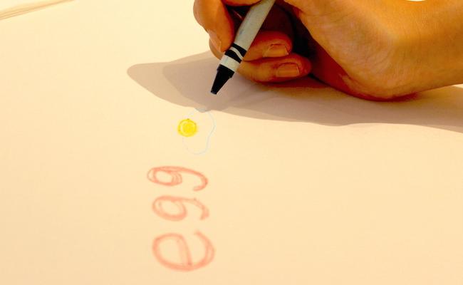 池袋『egg東京』では、テーブルクロスのように敷かれた画用紙にお絵かきできます。