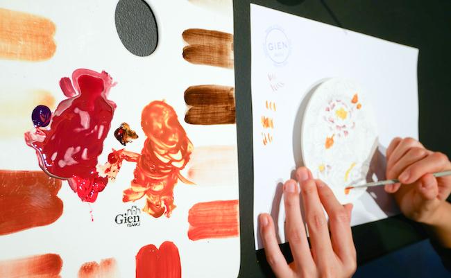 絵の具を混ぜて色を作っていきます