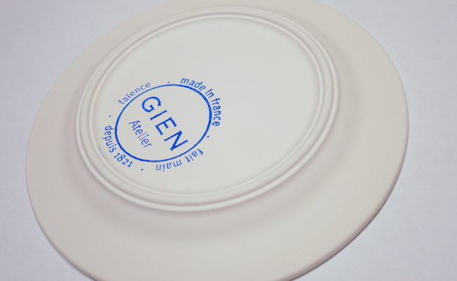 絵付けをしたお皿に、『GIEN』のスタンプを押してもらいます