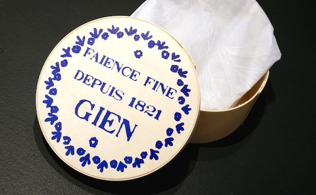 完成したお皿は、包んで『GIEN』オリジナルのカマンベールチーズ型の容器に入れてくれます