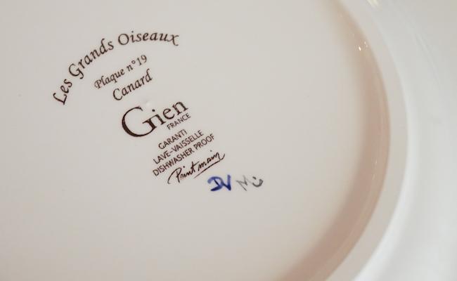 『GIEN(ジアン)』のお皿の裏には、手描きを示すアーティストのイニシャルが