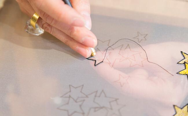 刺繍作家・小林モー子さんが刺繍をする様子