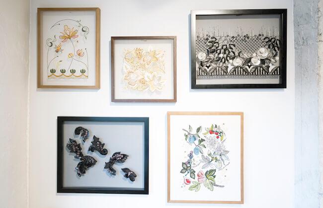 モー子さんの刺繍教室で制作された作品の数々。ラフィアや革などいろんな素材を使っています