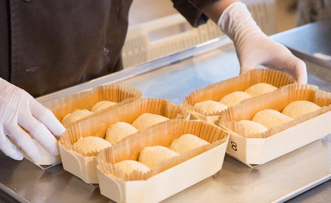 ベンチタイムを終えたら、成形をして2次発酵させオーブンで焼き上げます。