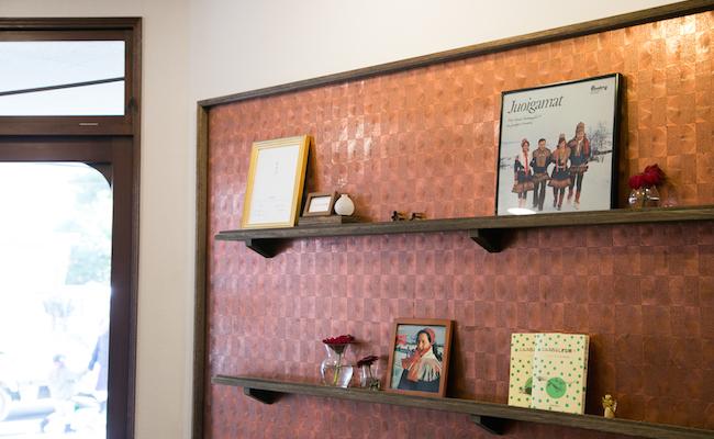 入り口で迎えてくれる、写真館の壁紙をアレンジした棚