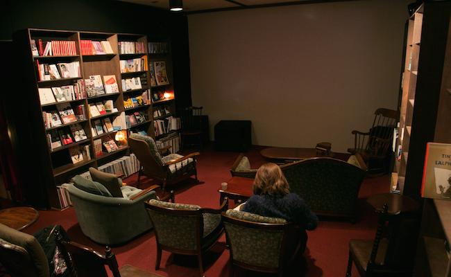 鵠沼海岸『シネコヤ』2階では映画が流れています