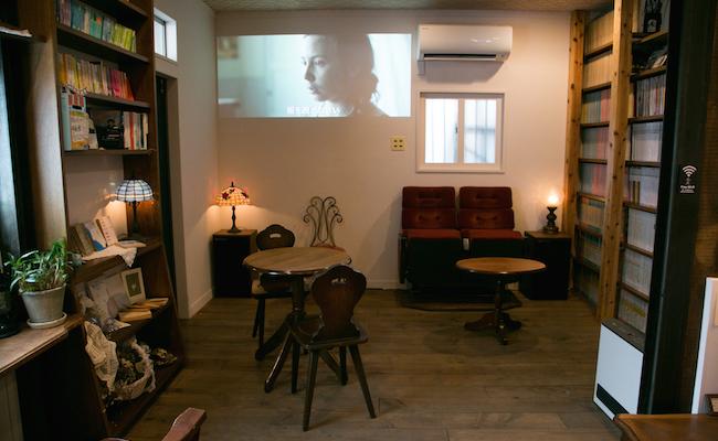 鵠沼海岸『シネコヤ』1階奥の貸本スペース