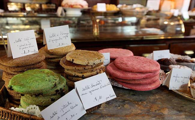 ピンク、紫、オレンジ、グリーン…。カラフルなサブレがかわいいお菓子屋さん