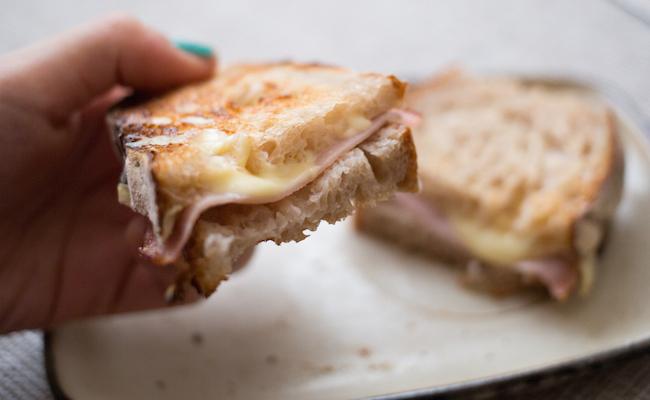 パン・ド・ロデブでハムとチーズを挟んでトースト
