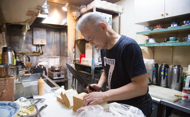 食パンを切る『喫茶アメリカン』の店主・原口誠さん