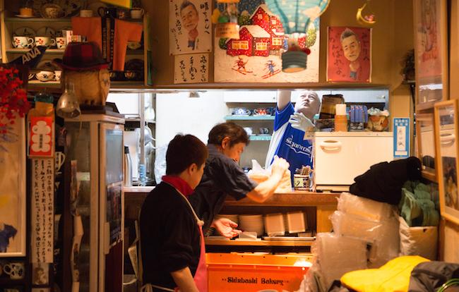 『喫茶アメリカン』の店内に運ばれていく食パン