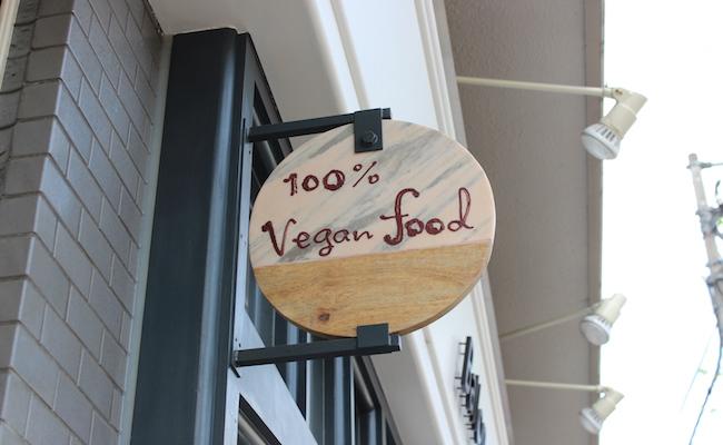 """100%ヴィーガン""""を掲げるファラフェルサンドの店『Ballon(バロン)』の看板"""