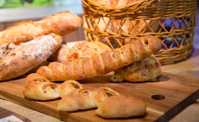 シャルキュトリーと組み合わせたパン