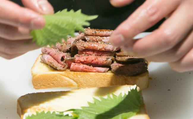 『TOKYO COWBOY(トーキョーカウボーイ)』のローストビーフサンドイッチ