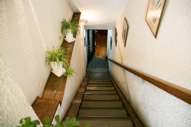 『Cafe AALIYA(カフェ アリヤ)』の入り口の階段