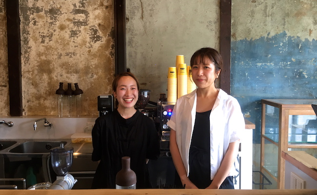 京都『HAPPY BUNS(ハッピーバンズ)』のカフェマネージャーの松本夏美さんとキッチンマネージャーの阿部春菜さん
