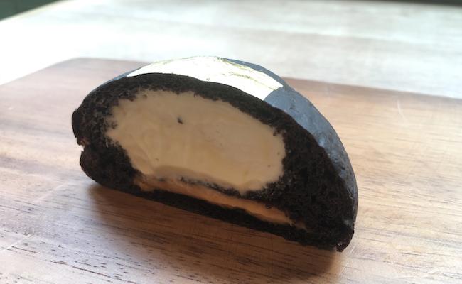 京都の『クリームパン専門店 キンイロ』の「kuro・iro 黒色」
