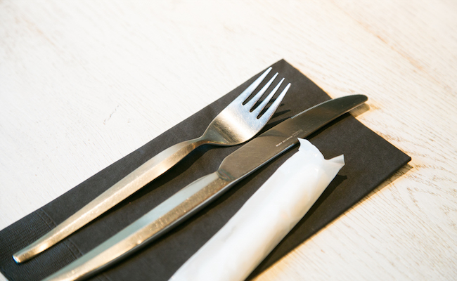 『UMAMI BURGER』はハンバーガーをナイフとフォークで食べるスタイル