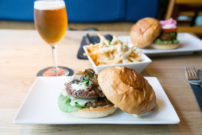 ナイフとフォークで食べるハンバーガー!昼も夜も楽しい『UMAMI BURGER』