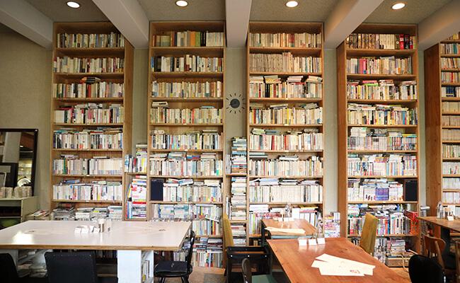 日本文学の名作から稀少本まで。約2万冊の本が揃う文学カフェ『BUNDAN COFFEE & BEER』