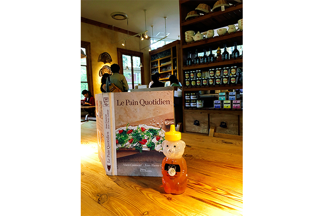 『Le Pain Quotidien(ル・パン・コテディアン)』の店内
