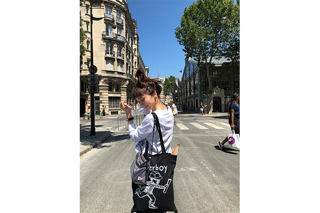 パリの『PAPERBOY(ペーパーボーイ)』のエコバックを持つ山野ゆりさん