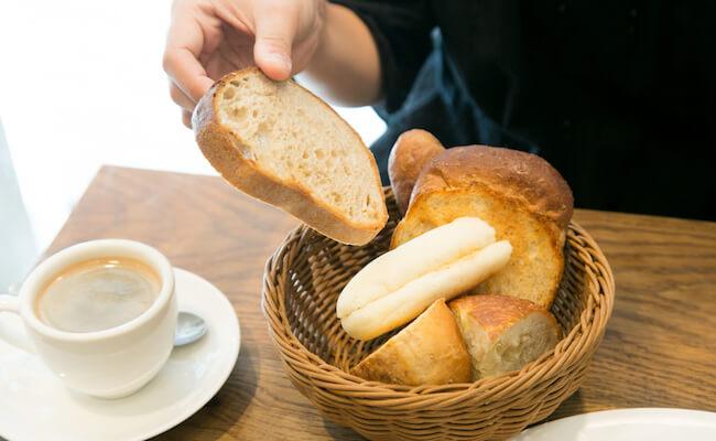 麻布十番『pointage(ポワンタージュ)』のランチメニューに付いてくるパンの盛り合わせ