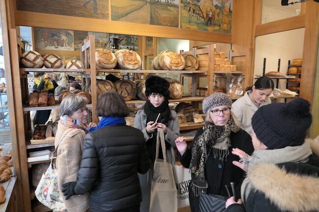 パリで老舗のパン屋さん『Poilâne(ポワラーヌ)』の店内にいる山野ゆりさん