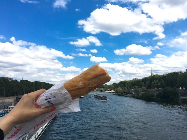 パン屋『ドゥ ラ シャペル』のバゲットとセーヌ川