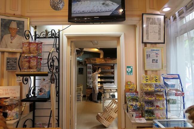 『Au Duc De La Chapelle(オ デュック ドゥ ラ シャペル)』の店内には若きカリスマ、アニスブアザブさんの写真も