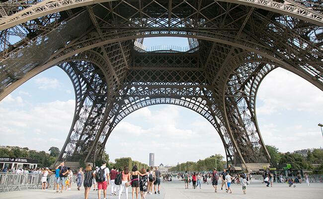 エッフェル塔に登って、パリを眺めながらのシャンパンタイム!