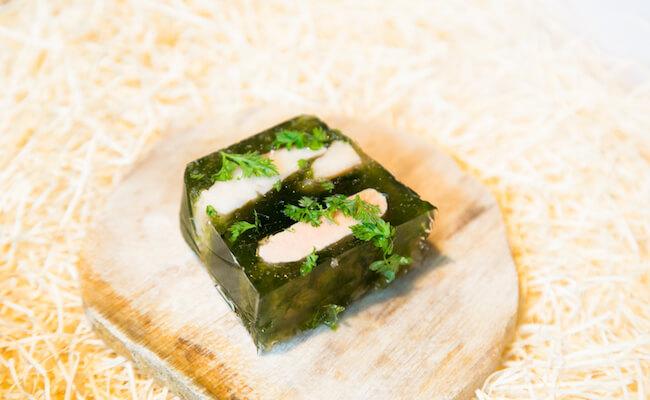 『kiki harajuku(キキ ハラジュク)』の「燻製かますとフォアグラと青海苔のテリーヌ」