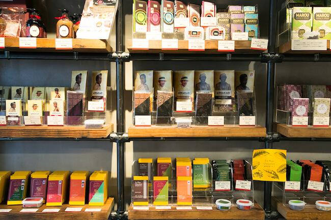 代々木公園『CACAO STORE』の店内に並ぶチョコレート