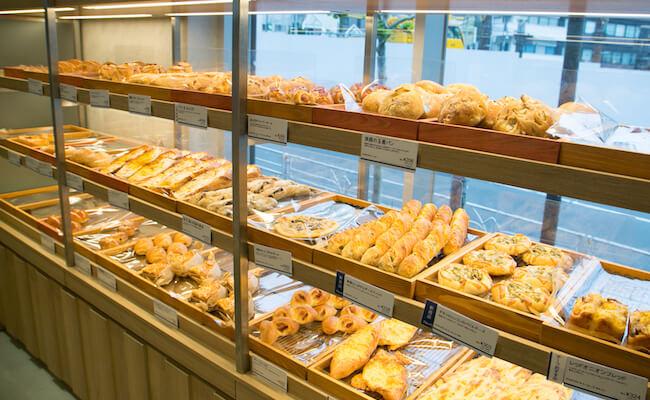 代々木『ドンク&RF1』の店内に並ぶパン