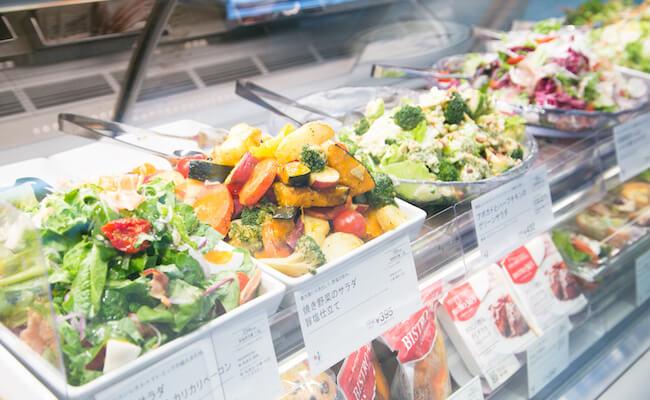 代々木『ドンク&RF1』の店内に並ぶサラダ