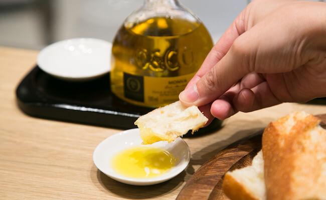 パンにオリーブオイルをつける