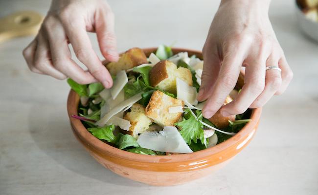 器にサラダを盛り付ける