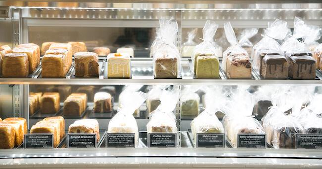 ショーケースに並ぶ『LUCAs BAKER TOKYO(ルーカスベイカートーキョー)』のパン