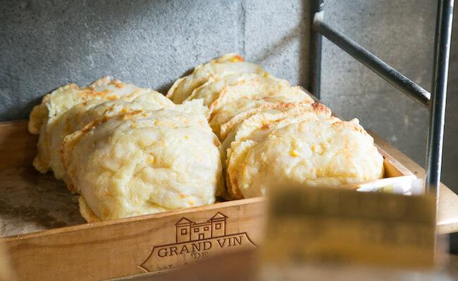 千駄木『ベーカリーミウラ』のコーンチーズパン