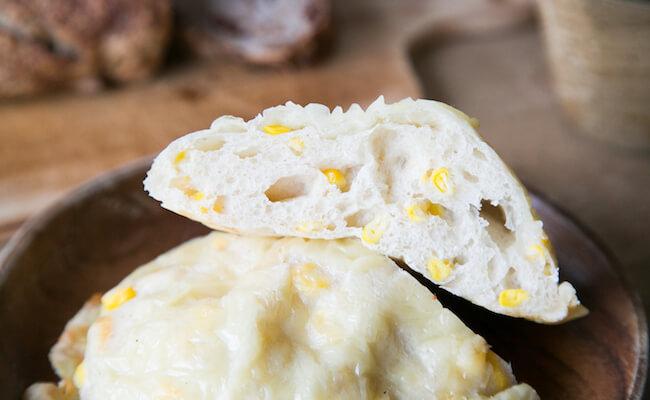 千駄木『ベーカリーミウラ』のコーンチーズパンの断面