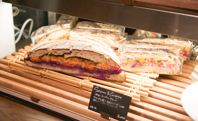 『MORETHAN BAKERY(モアザンベーカリー)』のカンパーニュのサンドイッチ