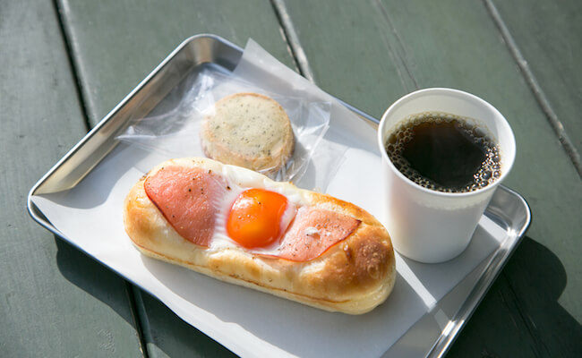 『TOTSZEN BAKER`S KITCHEN(トツゼンベーカーズキッチン)』のテラスでいただくパンとコーヒー