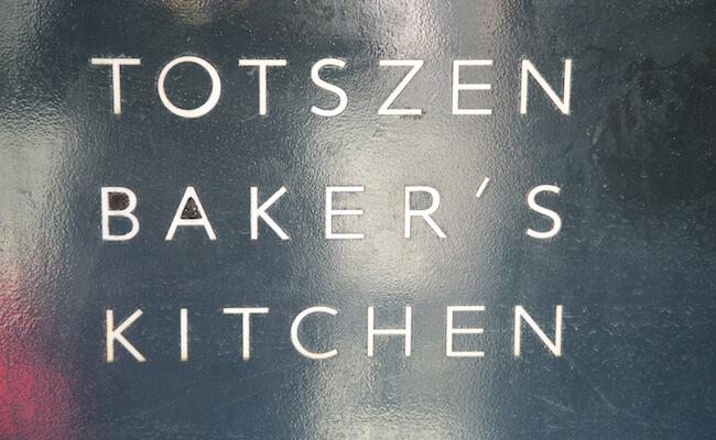 『TOTSZEN BAKER`S KITCHEN(トツゼンベーカーズキッチン)』の看板