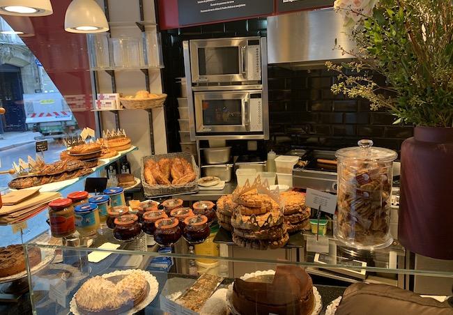 『le stube』の店内に並ぶデリやパン